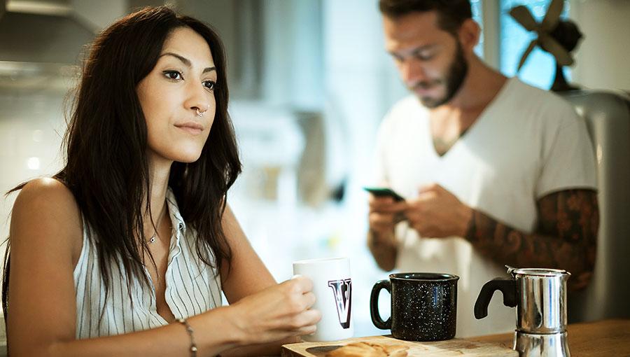 Waarom het zo moeilijk is om niet naar je gsm te kijken tijdens een gesprek